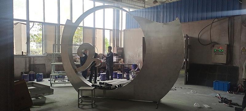 不锈钢雕塑制作厂家是如何给产品上色的