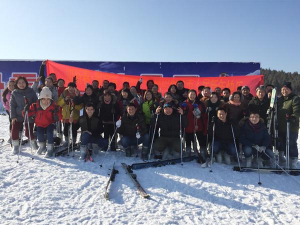 团队滑雪合影
