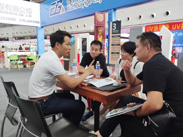 徐州夏季展会与客户洽谈